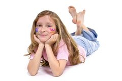 Muchacha bonita con el maquillaje de la mariposa de la flor que pone en el suelo Foto de archivo