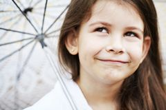Muchacha bonita con el paraguas del cordón en el traje blanco Foto de archivo libre de regalías