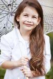 Muchacha bonita con el paraguas del cordón en el traje blanco Fotos de archivo