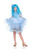 Muchacha bonita con el pelo azul que mira en la cámara Fotografía de archivo
