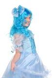 Muchacha bonita con el pelo azul que mira en la cámara Fotos de archivo