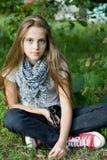 Muchacha bonita con el pelo largo en el parque del verde del verano. Fotos de archivo libres de regalías
