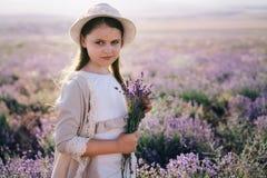 Muchacha bonita con el pelo largo en un vestido de lino y un sombrero foto de archivo libre de regalías