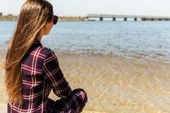 Muchacha bonita con el pelo largo que camina en la playa del mar fotos de archivo