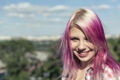 Muchacha bonita con el pelo rosado Imagen de archivo libre de regalías