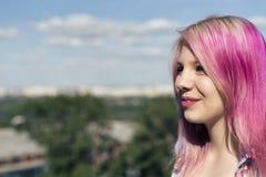 Muchacha bonita con el pelo rosado Fotografía de archivo libre de regalías