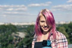 Muchacha bonita con el pelo rosado Fotografía de archivo