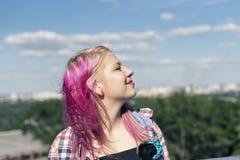 Muchacha bonita con el pelo rosado Imágenes de archivo libres de regalías