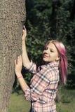 Muchacha bonita con el pelo rosado Foto de archivo