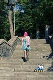 Muchacha bonita con el pelo rosado Fotos de archivo libres de regalías