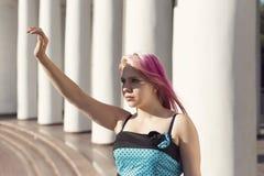 Muchacha bonita con el pelo rosado Fotos de archivo