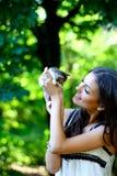 Muchacha bonita con el pequeño gatito lindo Foto de archivo