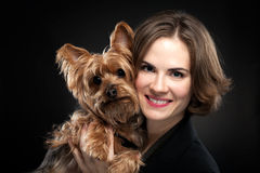 Muchacha bonita con el perro lindo Fotos de archivo