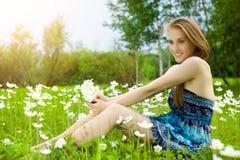 Muchacha bonita con el ramo del snowdrop en bosque Fotografía de archivo libre de regalías