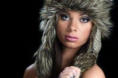 Muchacha bonita con el sombrero de piel Fotos de archivo
