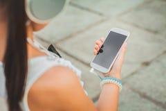 Muchacha bonita con el teléfono blanco Fotografía de archivo libre de regalías