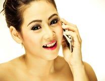 Muchacha bonita con el teléfono móvil foto de archivo libre de regalías