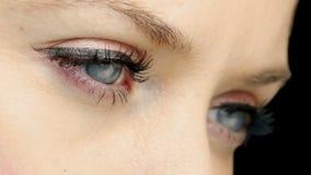 Muchacha bonita con lápiz de ojos que centella cerca para arriba almacen de video