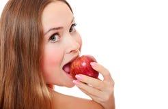 Muchacha bonita con la boca abierta que come la manzana roja Fotografía de archivo libre de regalías