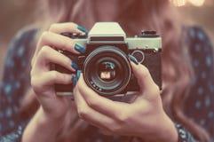 Muchacha bonita con la cámara de la vendimia Fotos de archivo