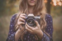 Muchacha bonita con la cámara del vintage al aire libre Imágenes de archivo libres de regalías