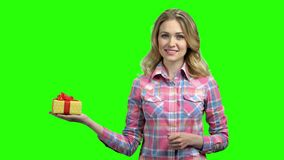 Muchacha bonita con la caja de regalo en la pantalla verde almacen de metraje de vídeo