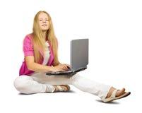 Muchacha bonita con la computadora portátil Fotografía de archivo libre de regalías