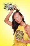 Muchacha bonita con la fruta Imagen de archivo libre de regalías