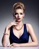 Muchacha bonita con la joyería hermosa del peinado y del oro, m brillante Imagen de archivo libre de regalías
