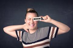 Muchacha bonita con la muestra de papel censurada Fotos de archivo libres de regalías