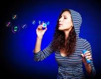 Muchacha bonita con las burbujas de jabón Foto de archivo libre de regalías