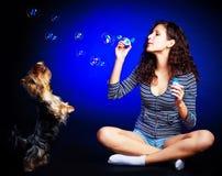 Muchacha bonita con las burbujas de jabón Foto de archivo