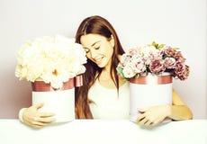 Muchacha bonita con las cajas de la flor fotos de archivo