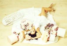 Muchacha bonita con las cajas de la flor fotos de archivo libres de regalías