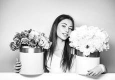 Muchacha bonita con las cajas de la flor imagenes de archivo