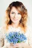 Muchacha bonita con las flores Fotos de archivo