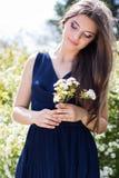 Muchacha bonita con las flores blancas en la naturaleza Fotos de archivo libres de regalías