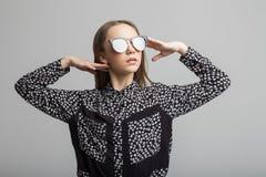 Muchacha bonita con las gafas de sol Imagen de archivo libre de regalías