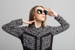 Muchacha bonita con las gafas de sol redondas Fotografía de archivo libre de regalías