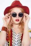 Muchacha bonita con las gafas de sol y el sombrero rojo Fotografía de archivo libre de regalías