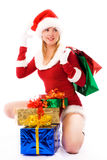 Muchacha bonita con los regalos de Navidad Imagen de archivo