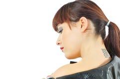Muchacha bonita con tatoo en cuello Fotos de archivo libres de regalías