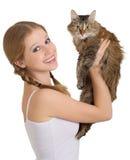 Muchacha bonita con un gato mullido Foto de archivo libre de regalías