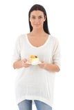 Muchacha bonita con un pedazo de sonrisa de la torta Imagen de archivo libre de regalías