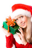 Muchacha bonita con un regalo de Navidad Imagenes de archivo