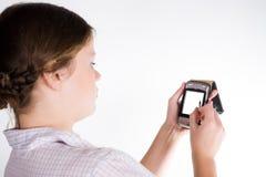Muchacha bonita con un smartphone Fotos de archivo