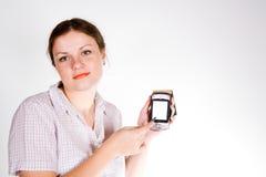 Muchacha bonita con un smartphone Imagenes de archivo