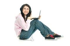 Muchacha bonita con una computadora portátil Imagen de archivo libre de regalías