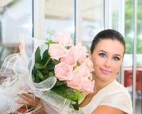 Muchacha bonita de la novia con las flores Foto de archivo libre de regalías