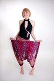 Muchacha bonita de risa en pantalones anchos Fotos de archivo